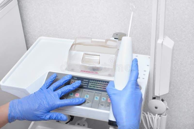 Doktorspezialist stellt Ausrüstung auf kosmetische Verfahren ein lizenzfreie stockbilder