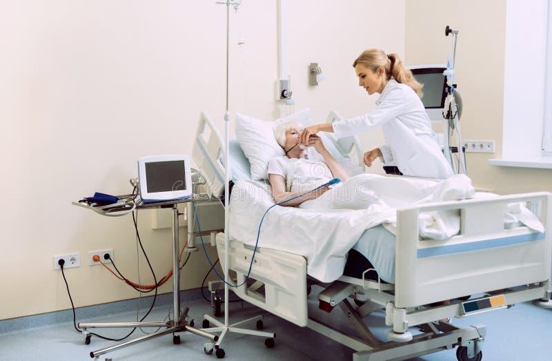 Doktorsportionpatient med syremaskeringen royaltyfri bild