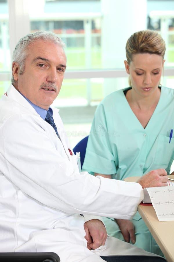 doktorssjuksköterska arkivfoton