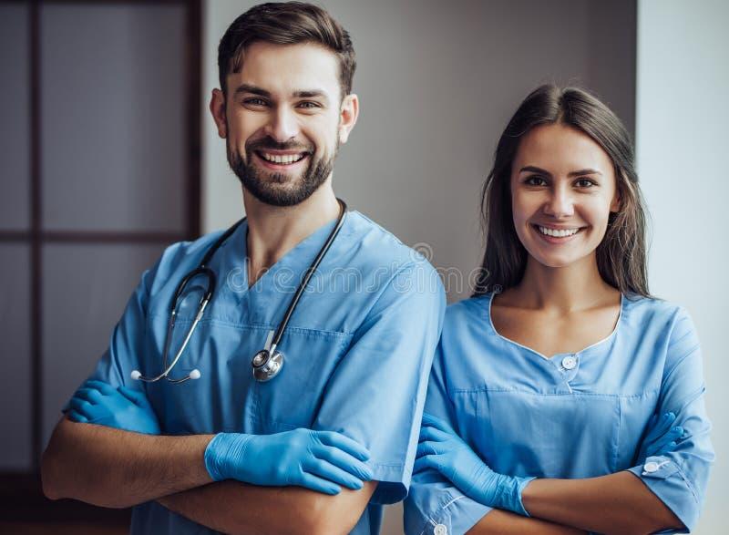 Doktorsveterinär på kliniken arkivbilder