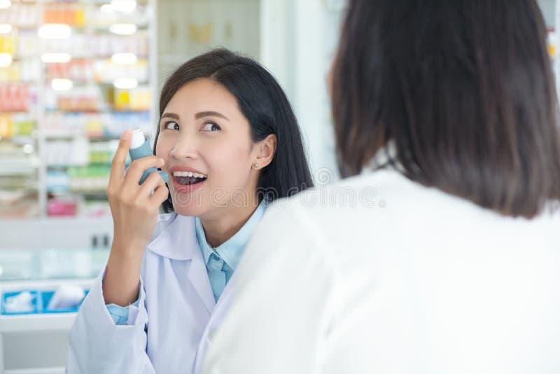 Doktortest und Spray und die Pr?fung auf Mund eines Patienten unterrichten lizenzfreie stockbilder