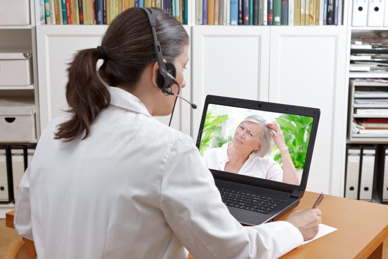 Doktorvideoanruf-Patientenhaarausfall lizenzfreie stockbilder