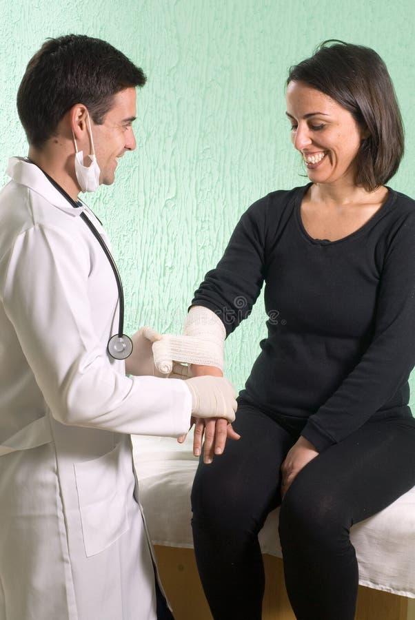 doktorze rejestruje ręce pionowo zdjęcia royalty free