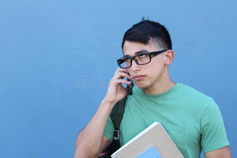 Dokuczająca młoda samiec na telefonie obrazy royalty free