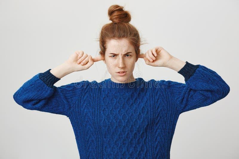 Dokuczający i obrażający dziewczyny odmawianie słucha przeprosiny Gniewna zelżona śliczna rudzielec dziewczyna z babeczki fryzury zdjęcia royalty free