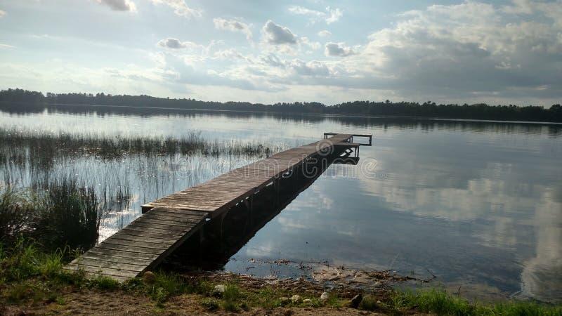 Dokuje w szklanym jeziorze jeden samotnik fotografia stock