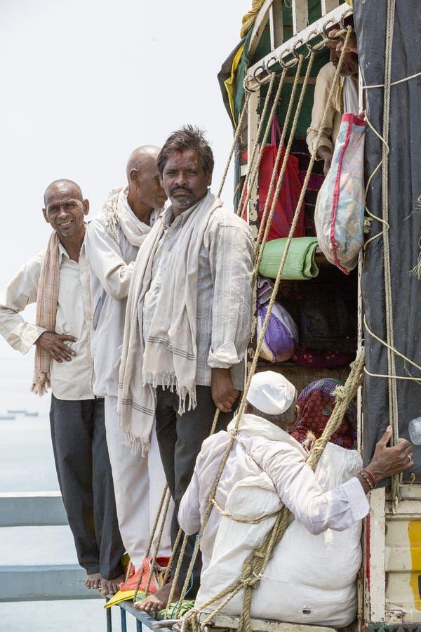 Dokumentär ledare RAMESWARAM RAMESHWARAM, TAMIL NADU, INDIEN - mars circa, 2018 - oidentifierade män tränger ihop in i baksidan a royaltyfri bild