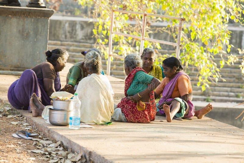 Dokumentär redaktörs- bild, armod i gatan Indien royaltyfri bild