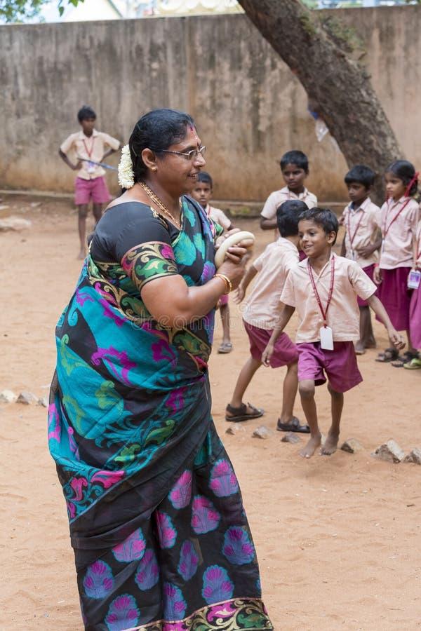 Dokumentär redaktörs- bild Barn och lärare spelar sporten i den utomhus- skolan arkivbilder