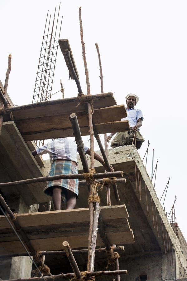 Dokumentär redaktörs- bild En oidentifierad man arbetar på höjder Mycket otrygga scaffoldings arkivfoton