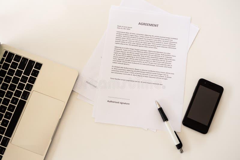 Dokument czeka? na znaka na biznesu stole zdjęcie stock