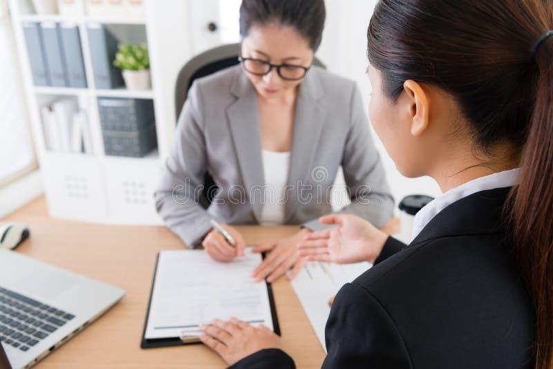 Dokument för avtal för partnerföretagshäfte arkivfoton