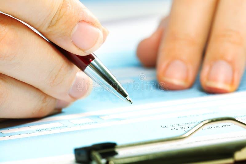 Dokument för fyllning för affärskvinna. royaltyfri fotografi