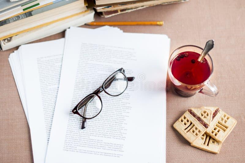 Dokument med glasögon, blåbärte i en glass bunke med mördegskakakakor arkivfoton