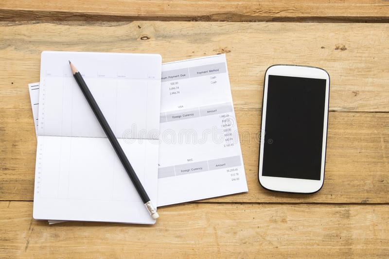 Dokument miesięczna wydatkowa karta kredytowa z oszczędzania obrachunkowego passbook bankiem fotografia royalty free