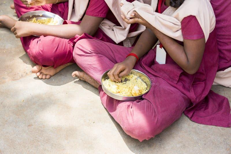 Dokumentalny Redakcyjny wizerunek Niezidentyfikowani dzieci ich lunch przy bakłaszką zdjęcie stock
