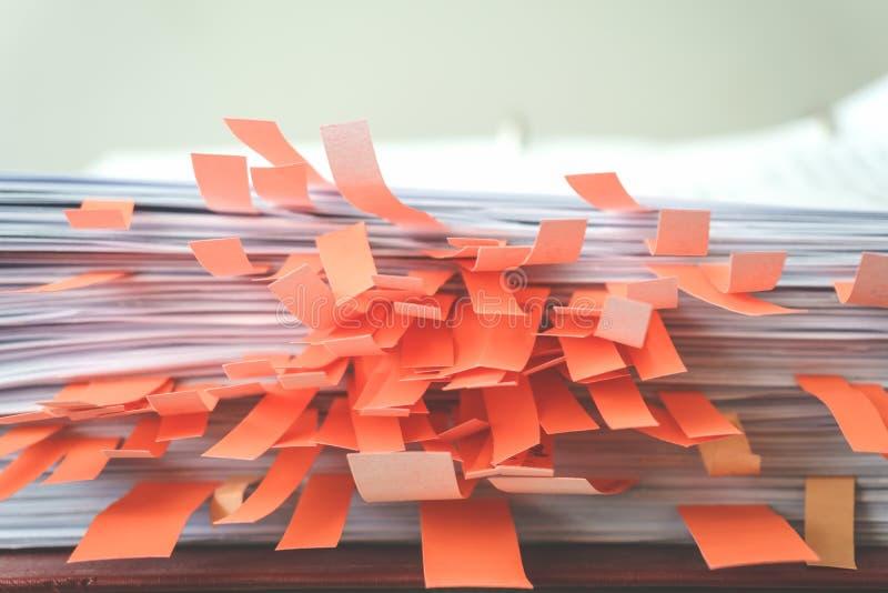 Dokumente mit klebrigen Bookmarks stockbilder