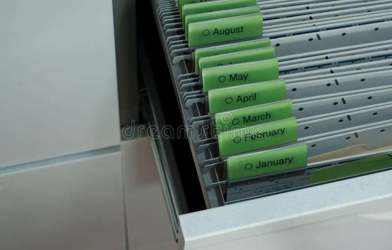 Dokumente organisiert bis zum Monat stockbilder