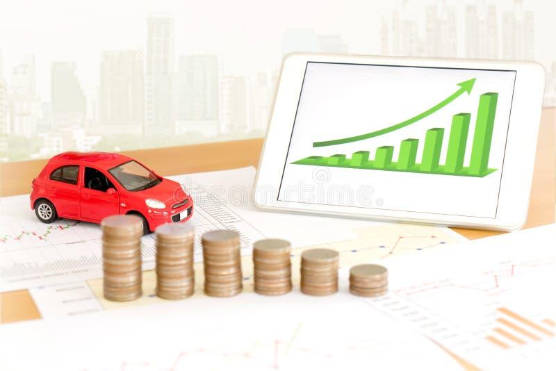 Dokumentera några diagram med räknemaskinen och bilen och pengar arkivfoton