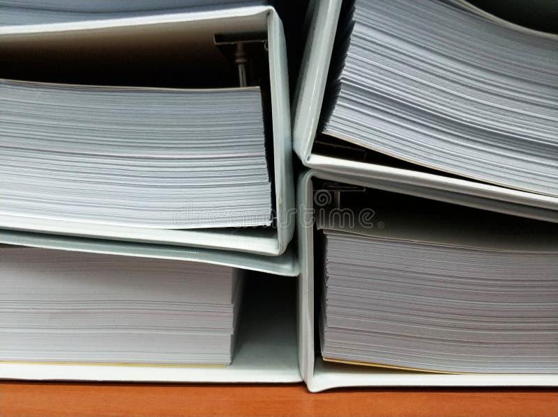 Dokumentmappar på skrivbordet royaltyfri foto