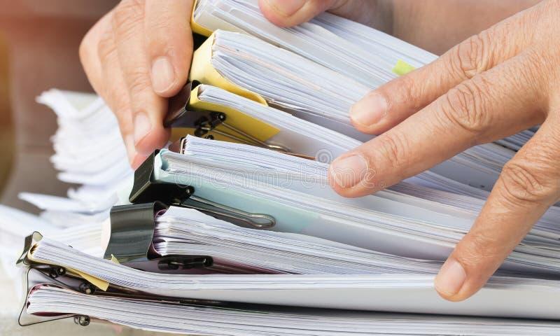 Dokumentu raport i biznesowy ruchliwie poj?cie: Azjatycki biznesmen wr?cza dzia?anie w wiele dokument stertach falcówki w biurze  fotografia royalty free