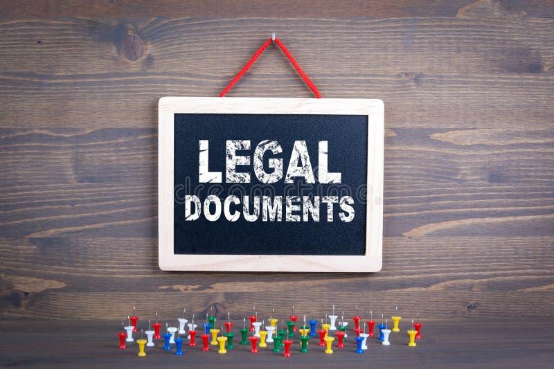 dokumentuje legalnego Biznesowego sukcesu i prawa pojęcie Chalkboard na drewnianym tle fotografia royalty free