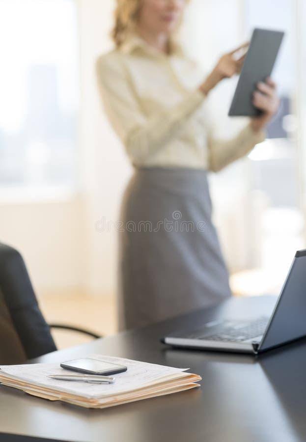 Dokumenty I laptop Na biurku Przy biurem obraz stock