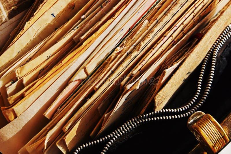 Dokumenty w otwartej rocznik torebce obraz stock