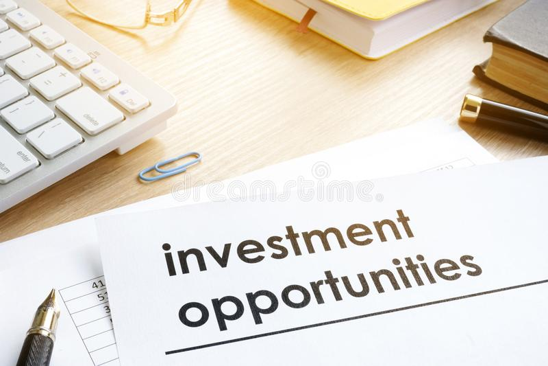 Dokumenty z tytułowymi okazjami inwestycyjnymi zdjęcie stock