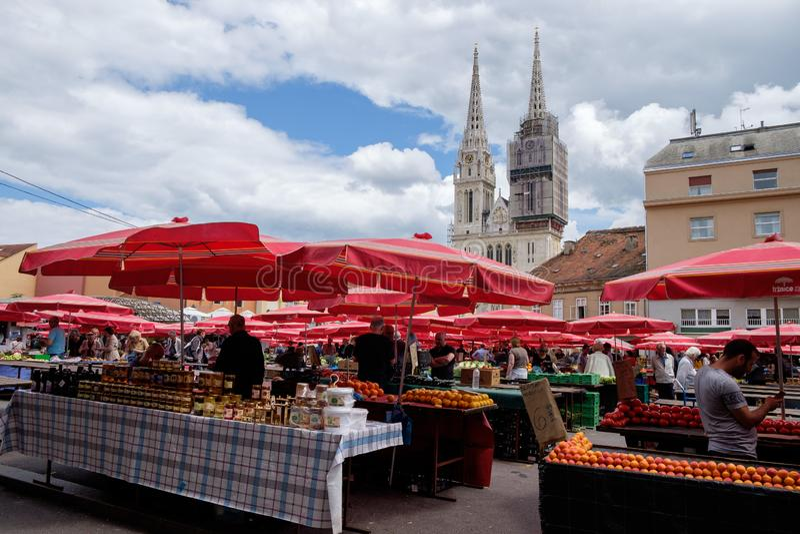 Dolac市场萨格勒布市中心和大教堂在背景中 免版税库存图片