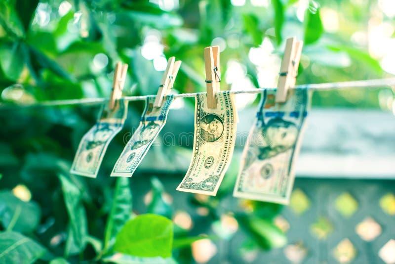 dolarów amerykańskich banknoty wiesza na linowym prania brudnych pieniędzy conept obrazy stock