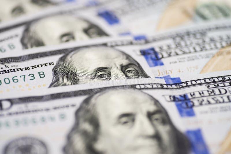 Dolar美国关闭  本杰明・富兰克林` s从一百美元票据注视 美金的片段的纹理 一 库存图片