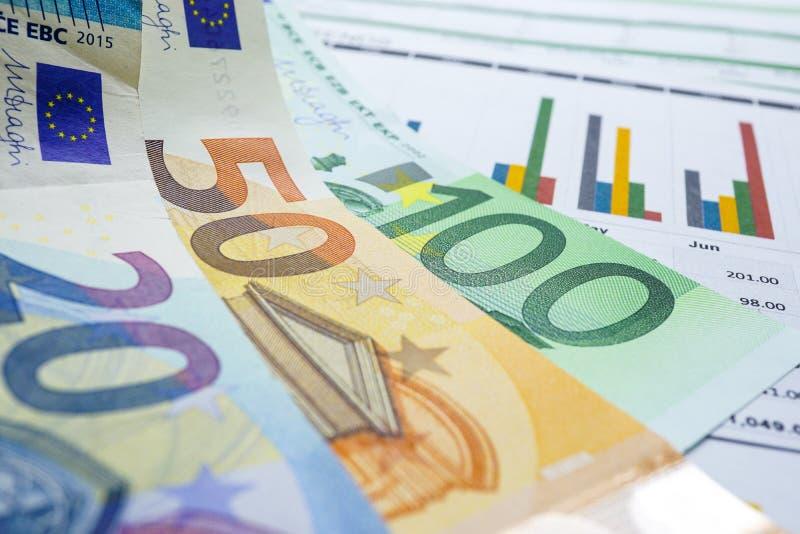 dolar amerykański i euro banknotów pieniądze na mapa wykresu spreadsheet tapetujemy Pieniężny rozwój, bankowości konto, statystyk fotografia royalty free