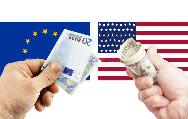 dolar amerykański i euro w rękach przeciw tłu fl obraz royalty free