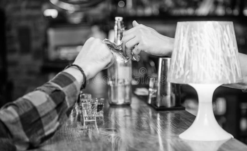 Dolar die hand geeft Het contante geld van het de dollargeld van de handgreep bij barteller Het opdracht geven van tot dranken in royalty-vrije stock afbeelding