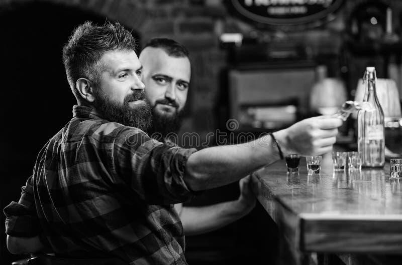Dolar die hand geeft Het opdracht geven van tot dranken in bar Aankoop en betaling Het concept van het contant geldgeld Verlofuit royalty-vrije stock foto