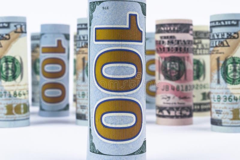 dolar Dolarowa banknot rolka w inny pozycje Amerykańska USA waluta na białej desce Amerykańskie dolarowe banknot rolki zdjęcie stock