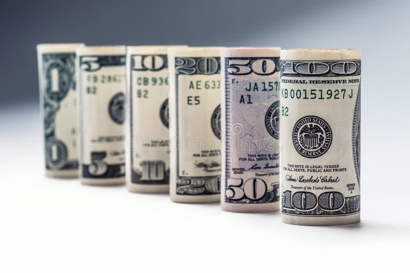 dolar Dolarowa banknot rolka w inny pozycje Amerykańska USA waluta na białej desce i defocused tle zdjęcie stock