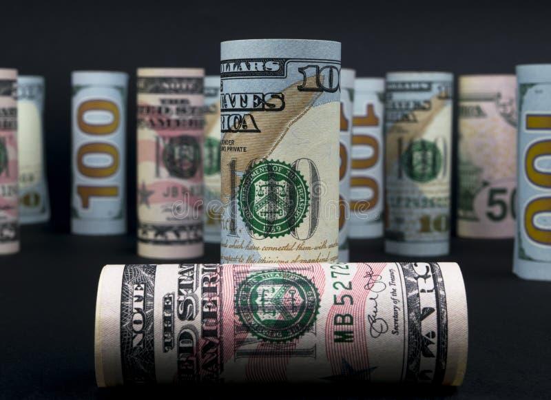 dolar Dolarowa banknot rolka w inny pozycje Amerykańska USA waluta na czerni desce Amerykańskie dolarowe banknot rolki zdjęcia stock