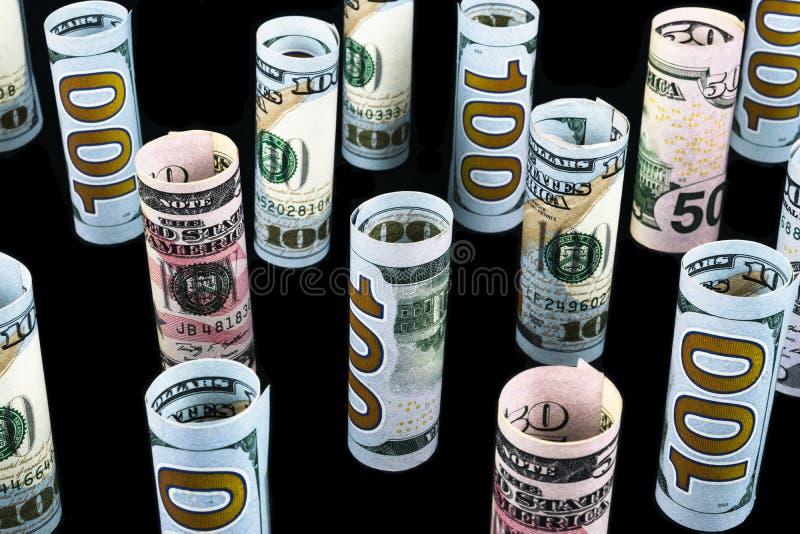 dolar Dolarowa banknot rolka w inny pozycje Amerykańska USA waluta na czerni desce Amerykańskie dolarowe banknot rolki zdjęcie royalty free
