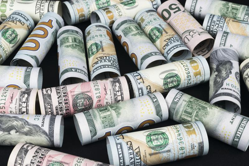 dolar Dolarowa banknot rolka w inny pozycje Amerykańska USA waluta na czerni desce Amerykańskie dolarowe banknot rolki zdjęcie stock