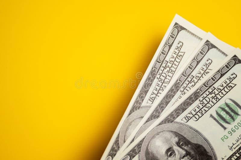 Dolar gotówka, banknoty na żółtym tle obraz royalty free