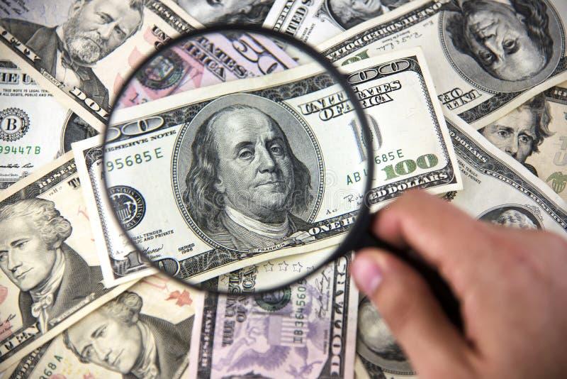 Dolar z magnifier Powiększać - szkło i pieniądze Biznes conc obraz royalty free