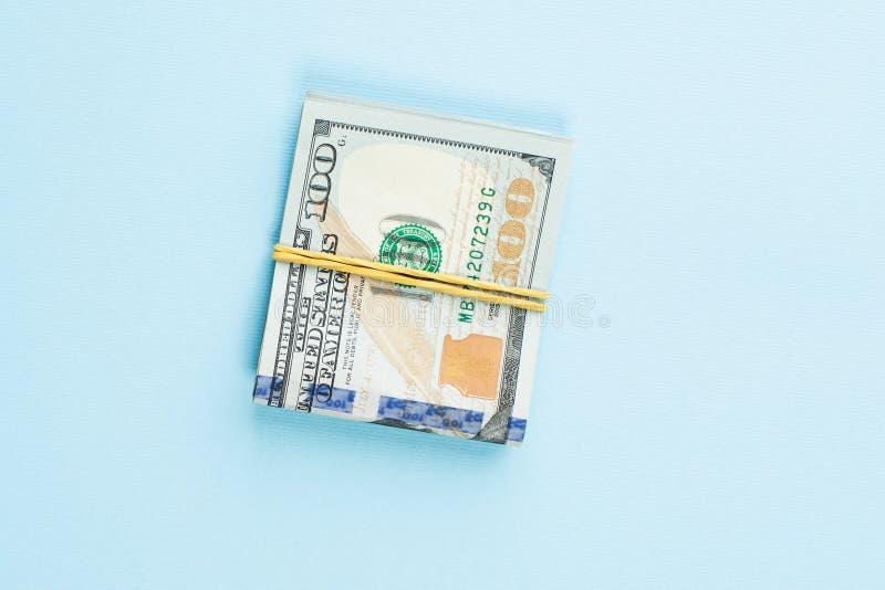 100 dolara amerykańskiego pieniądze gotówka na błękita stołu tle obraz royalty free