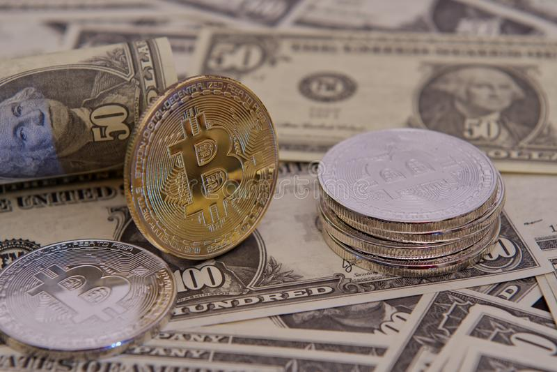 Dolarowi banknoty i Bitcoins na drewnianym stole zdjęcie stock