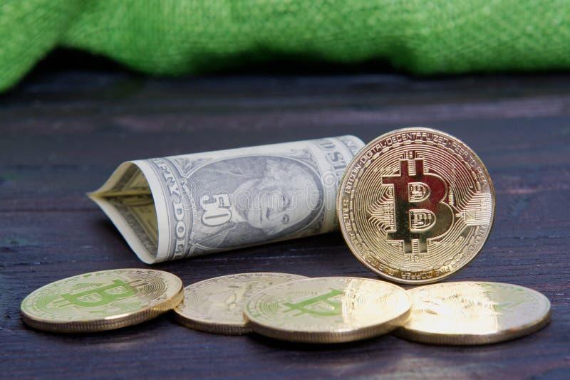 Dolarowi banknoty i Bitcoins na drewnianym stole obrazy royalty free