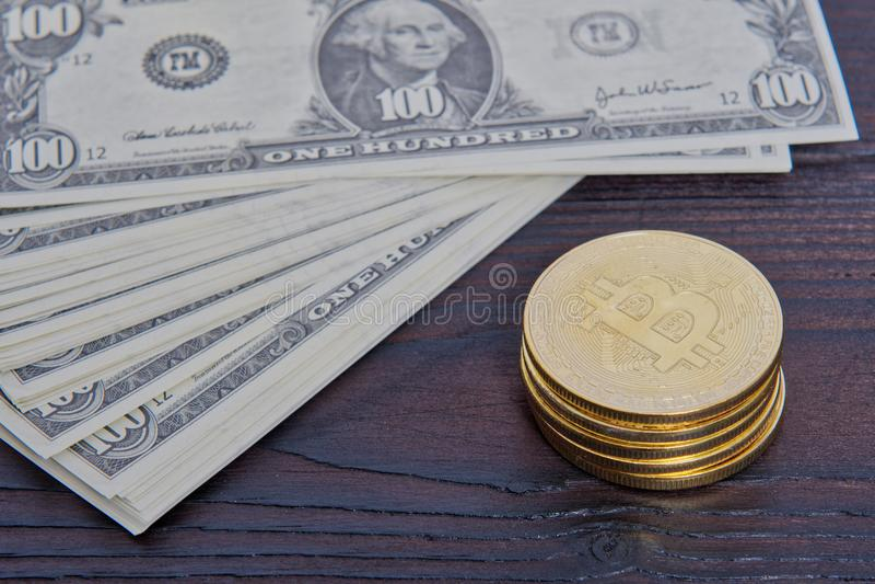Dolarowi banknoty i Bitcoins na stole fotografia royalty free