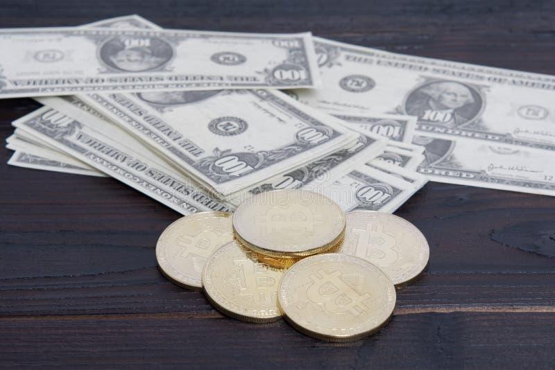 Dolarowi banknoty i Bitcoins na stole fotografia stock