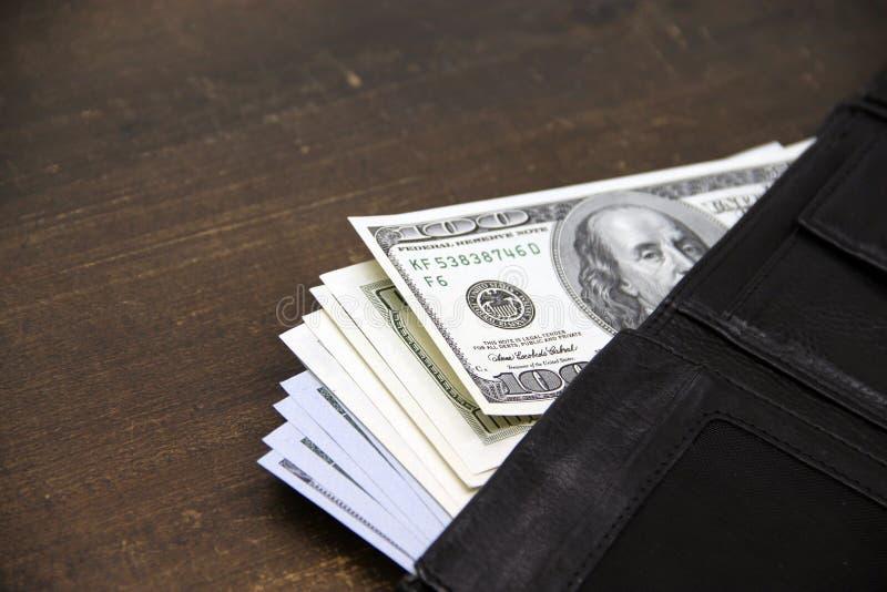 Dolarowi rachunki w rzemiennym portflu fotografia royalty free