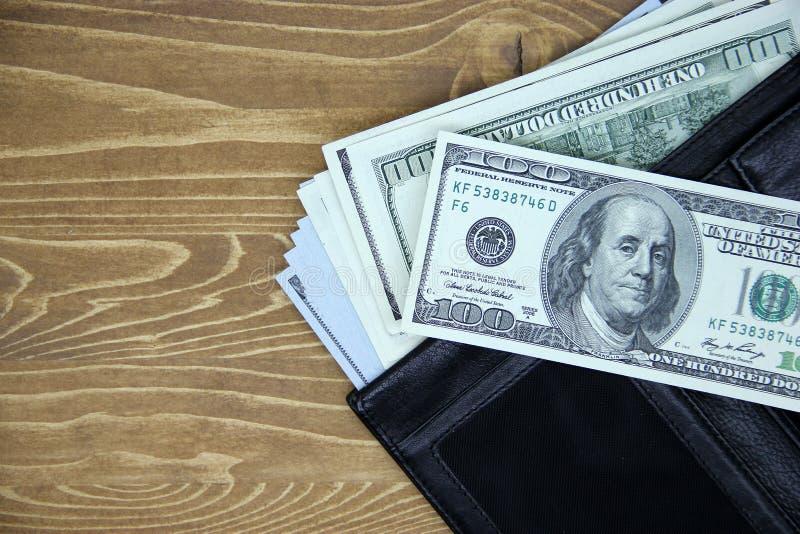Dolarowi rachunki w rzemiennym portflu zdjęcie royalty free